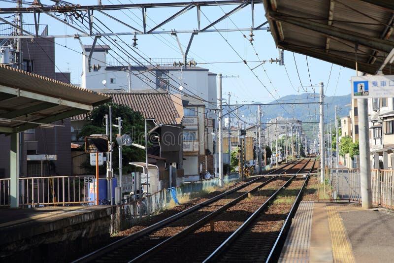 KYOTO - Juni 2: järnvägsstation med folk och staden JAPAN Juni 2, 2016 royaltyfri fotografi