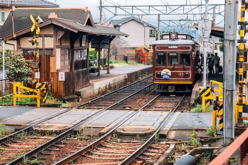Kyoto lokalnego pociągu Randen tramwaj przy Omuro-Ninnaji stacją w Kyoto, Japonia obrazy stock