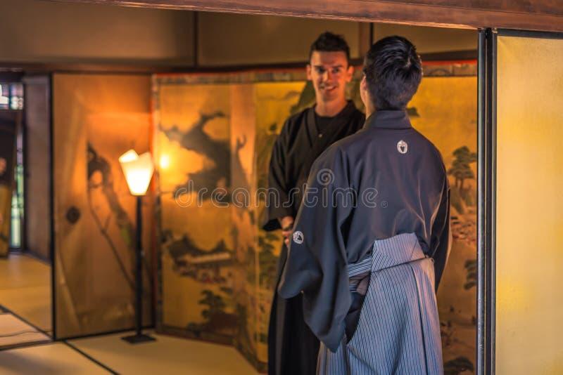 Kyoto - 29 maggio 2019: Iaido sensei e studente occidentale all'interno di una casa dei samurai a Kyoto, Giappone immagine stock
