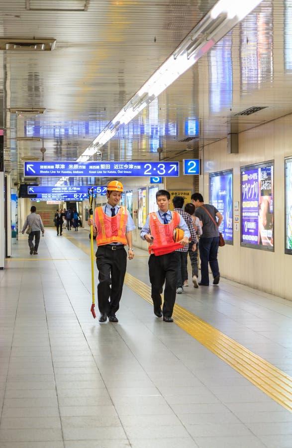 KYOTO - 30 OCTOBRE 2013 : Promenade de sécurité à la gare ferroviaire de Kyoto dedans photographie stock