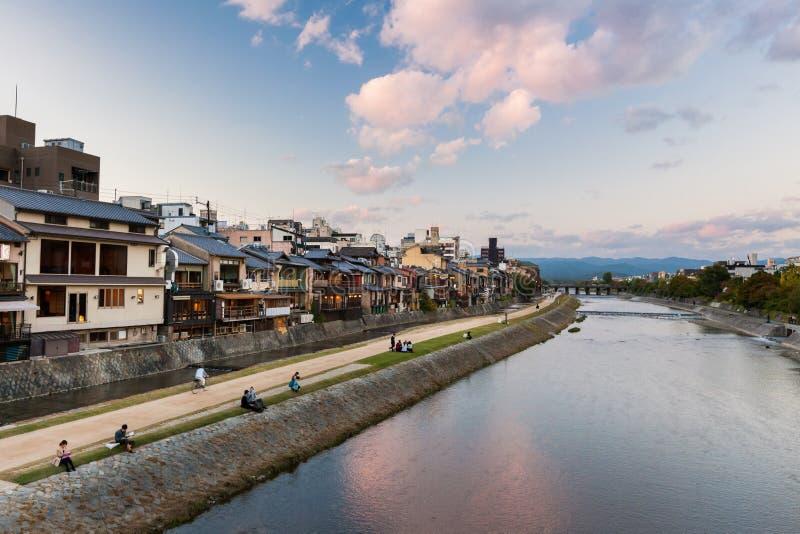 Kyoto - piétons à la rivière de Kamo photographie stock libre de droits
