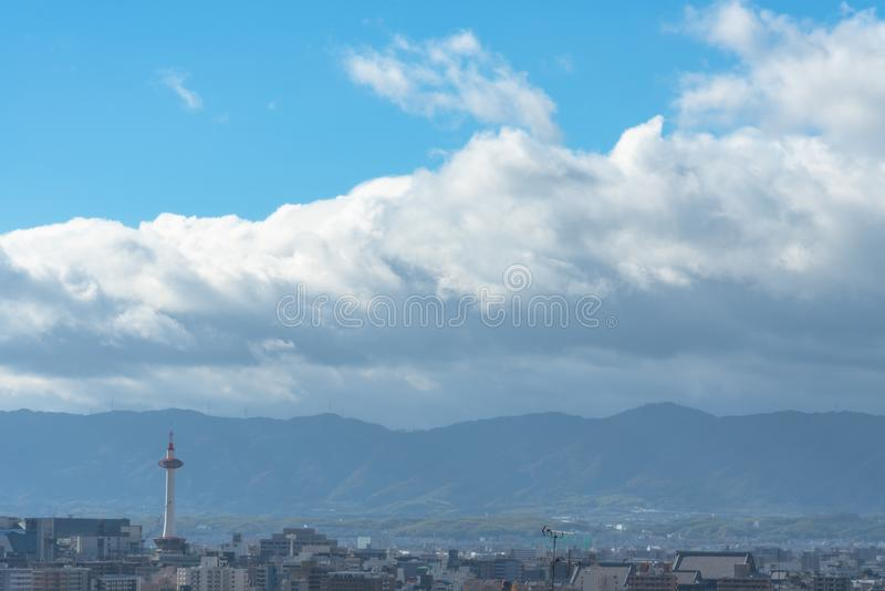 Kyoto stadshorisont med det Kyoto tornet i morgonen arkivfoton
