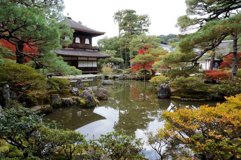 Kyoto-Tempel und -see lizenzfreie stockfotos