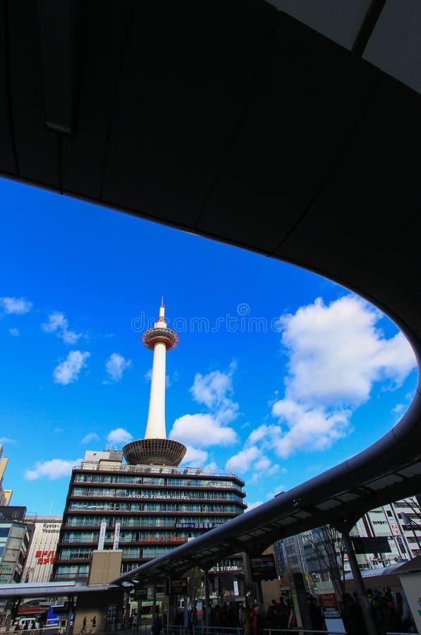 Kyoto torn med klar bakgrund för blå himmel arkivfoton