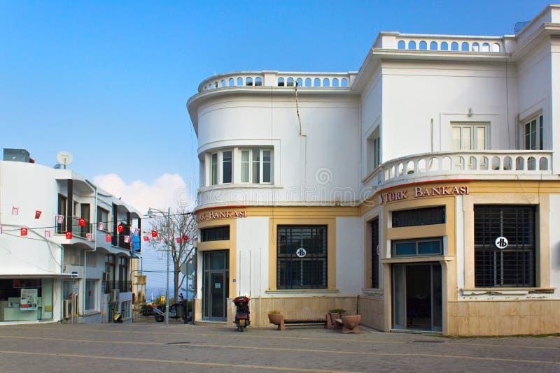KYRENIA, CHIPRE - 11 DE NOVEMBRO DE 2013: Vista da construção de Turk Bank na parte histórica de Girne foto de stock royalty free