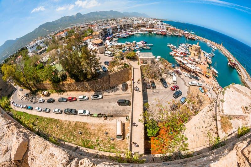KYRENIA, CHYPRE - 21 FÉVRIER : Vue de port de Kyrenia de fonte photo libre de droits