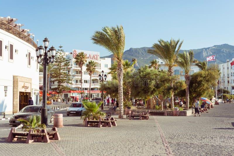 KYRENIA, CHYPRE - 7 JUILLET 2015 : Vue de rue, parc de Kordonboyu image stock