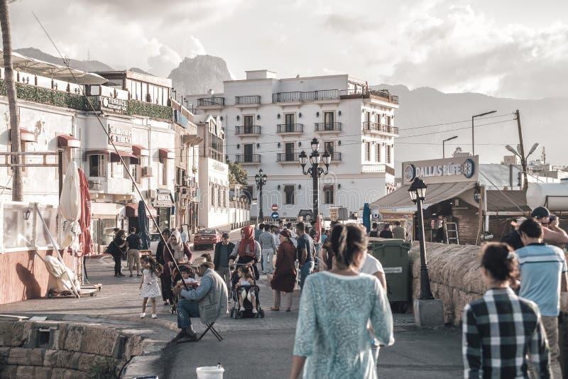 KYRENIA, CHYPRE - 12 MAI 2018 : Foules de promenade de personnes le long de harb images stock