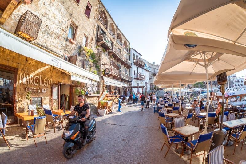 KYRENIA, CHYPRE - 11 MAI 2018 : Rue serrée à la vieille ville de Kyrania images stock