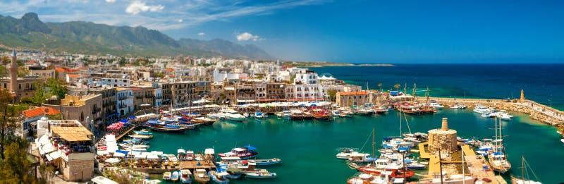 KYRENIA CYPERN - APRIL, 26 2014: Hamn i Kyrenia arkivfoton