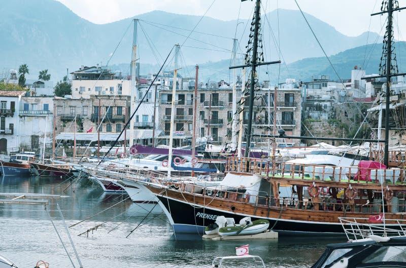 KYRENIA CYPERN - VINTER, 2019: Havspir med fartyg, skepp och yachter Härlig Seascape på en bakgrund av berg arkivbild