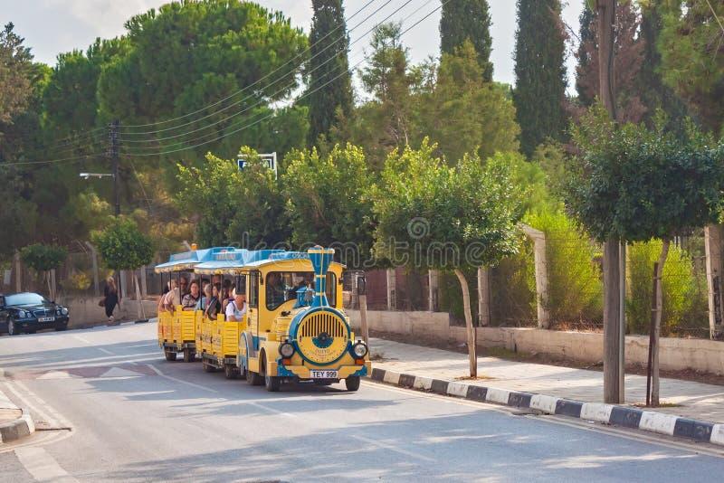 KYRENIA CYPR, LISTOPAD, - 11, 2013: Mały turysty pociąg z pasażerami jako część rozrywki w Kyrenia obraz stock