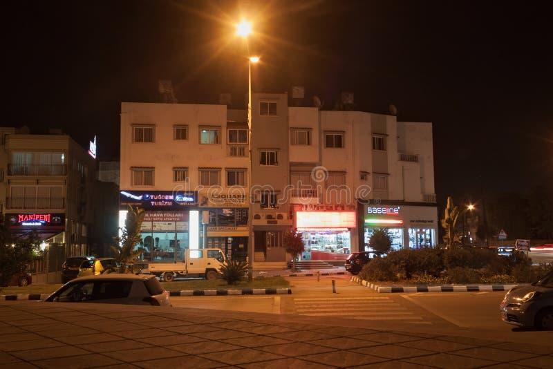 KYRENIA CYPR, LISTOPAD, - 11, 2013: Noc widok typowi budynki z sklepami w centrum części zdjęcia stock