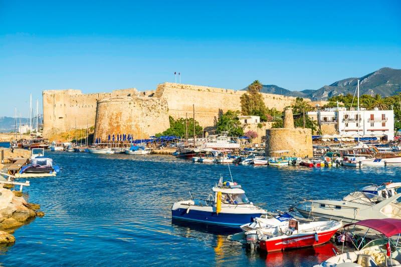 Kyrenia-Hafen mit mittelalterlichem Schloss auf einem Hintergrund Kyrenia (G stockfotos