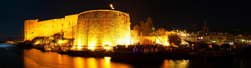 Kyrenia hamn med den medeltida slotten cyprus royaltyfri foto