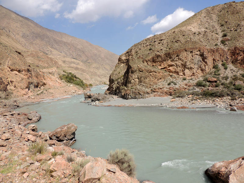 Kyrgystan山狂放的河  库存照片