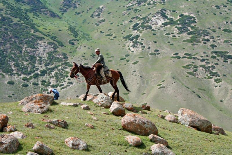 Kyrgyz ruiter in Tien Shan-bergen stock afbeeldingen