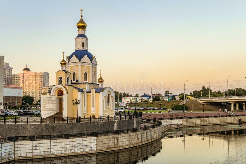 Kyrka av ärkeängeln Gabriel, Belgorod delstatsuniversitetsovsal på invallning av flod`-Vezelka `, arkivfoton