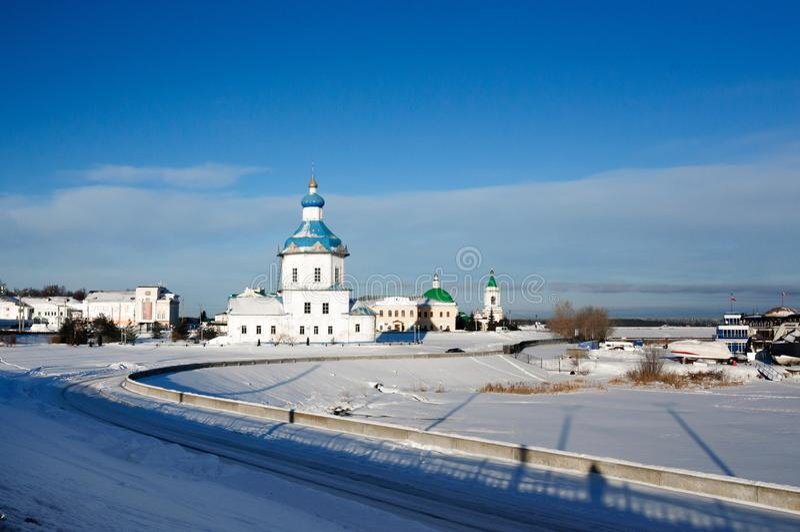 Kyrka av antagandet och den historiska utvecklingen av Cheboksary, Ryssland royaltyfria foton
