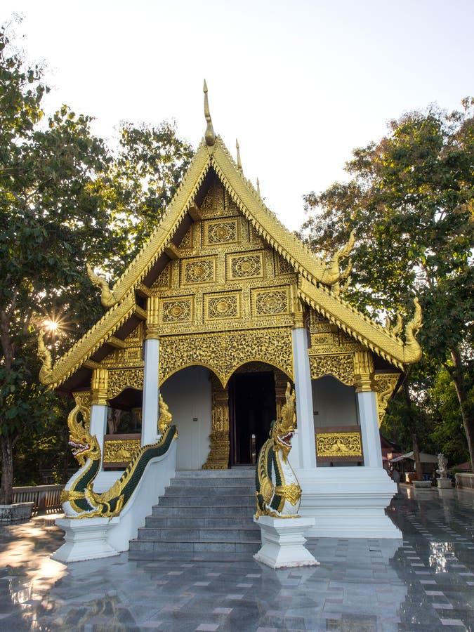 Kyrka av den thailändska templet med solstrålen arkivbild