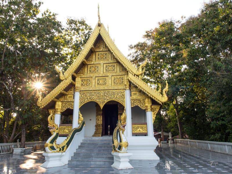 Kyrka av den thailändska templet med solstrålen royaltyfri fotografi