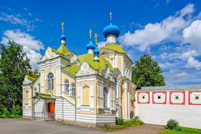 Kyrka av den Tikhvin symbolen av vår dam Krylechko (farstubron) Tikhvin R royaltyfri bild