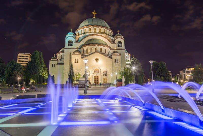 Kyrka av helgonet Sava på natten med färgglade springbrunnar arkivbild