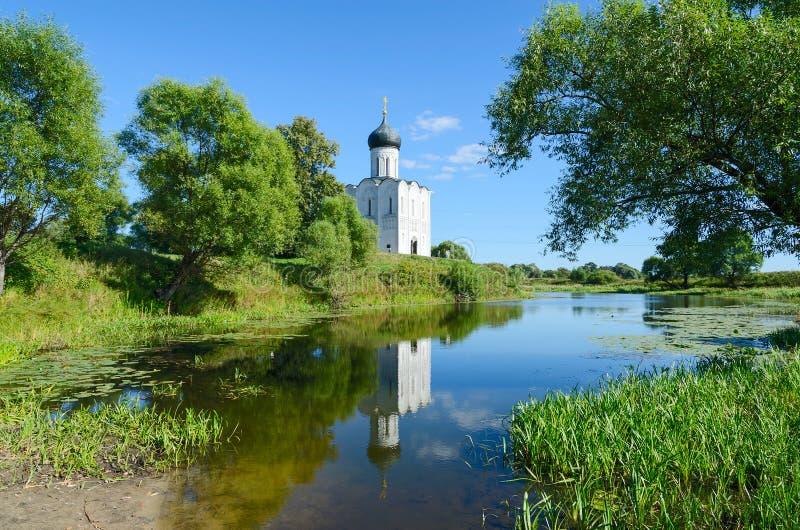 Kyrka av intervention på Nerl nära byn Bogolyubovo, Ryssland royaltyfria foton