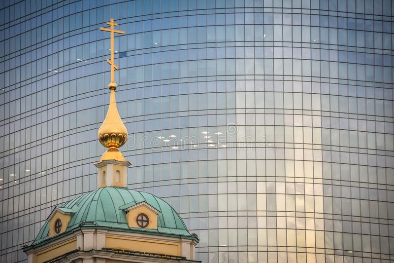Kyrka av omgestaltningen p? bakgrunden av en kontorsbyggnad royaltyfria bilder