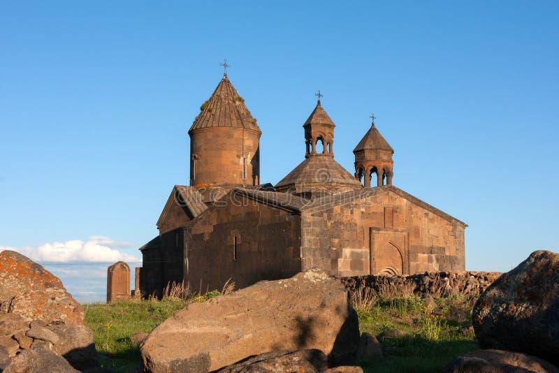 Kyrka av Saghmosavank med tre kors royaltyfri foto