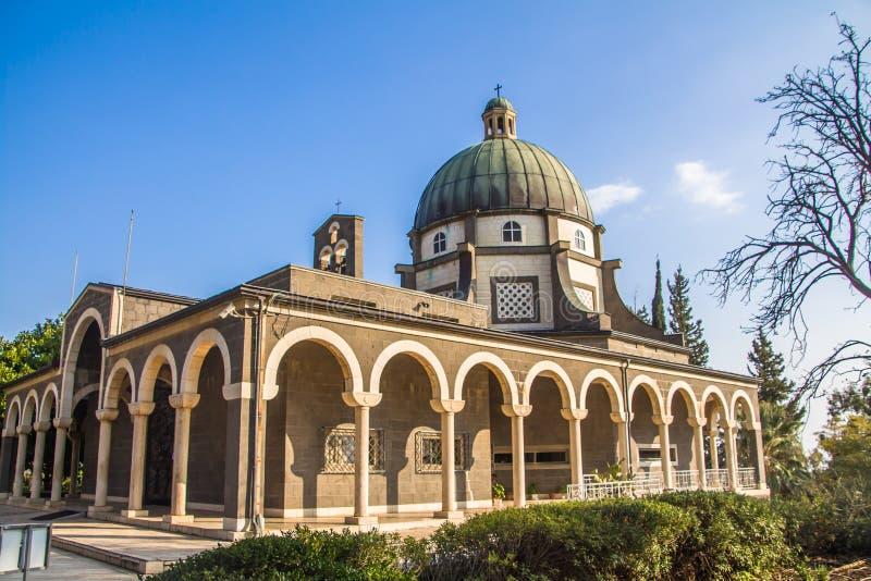 Kyrka av saligheterna, ett romerskt - katolsk kyrka som lokaliseras av havet av Galilee, Israel arkivbilder