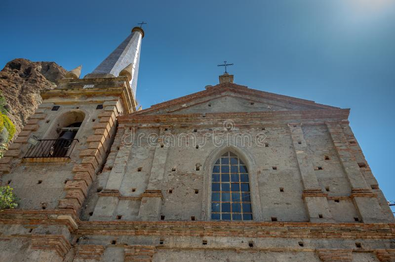 Kyrka av Sanka apostlar Peter och Paul Chiesa dei Santi Pietro e Paolo, Pentedattilo, Calabria, Italien royaltyfria foton