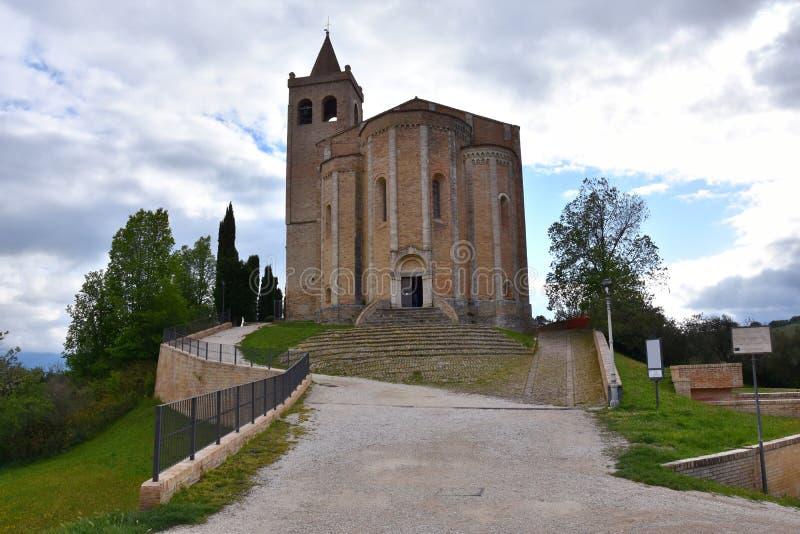 Kyrka av Santa Maria della Rocca i den medeltida staden av Offida arkivbild