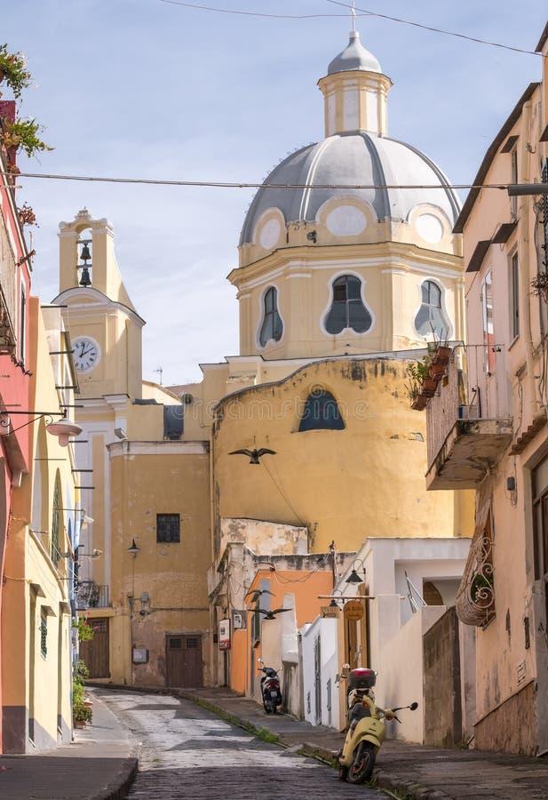 Kyrka av Santa Maria delle Grazie vår dam av nåd Kyrkan förbiser fiskeläget av Marina Corricella, Procida Italien royaltyfri foto