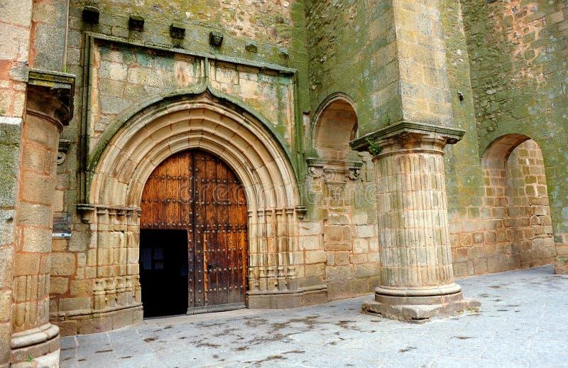 Kyrka av Santiago, Caceres, Extremadura, Spanien royaltyfri bild