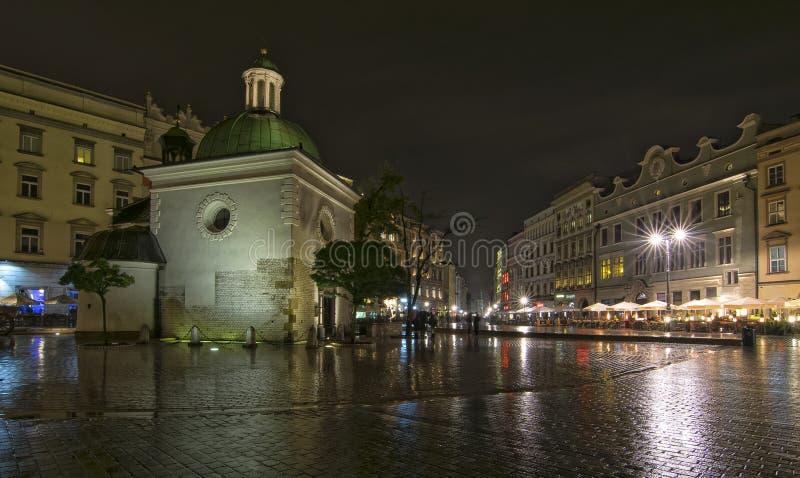 Kyrka av St Adalbert i Krakow, Polen på natten royaltyfri bild