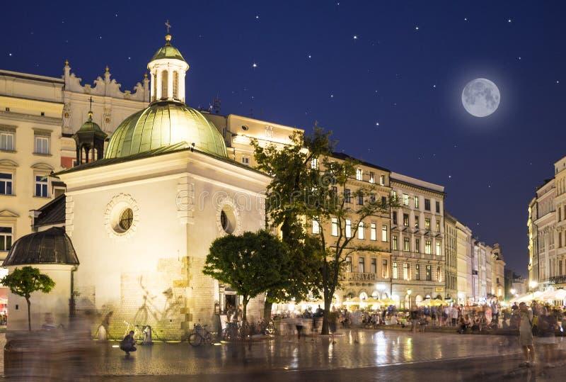 Kyrka av St Adalbert på huvudsaklig fyrkant i Krakow, Polen royaltyfria foton