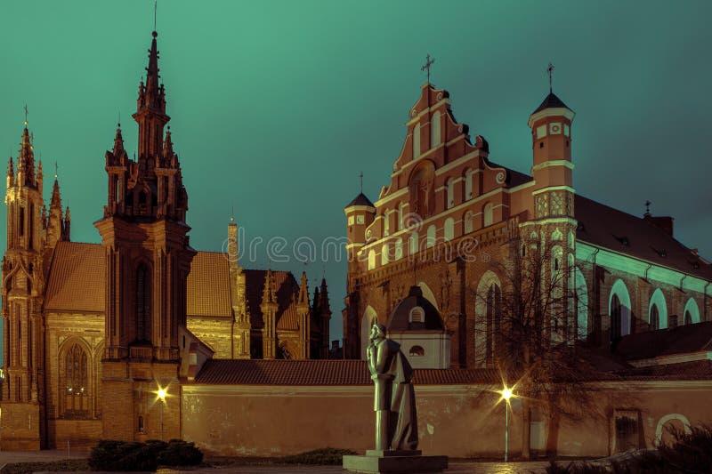 Kyrka av St Anne i Vilnius på natten arkivfoto