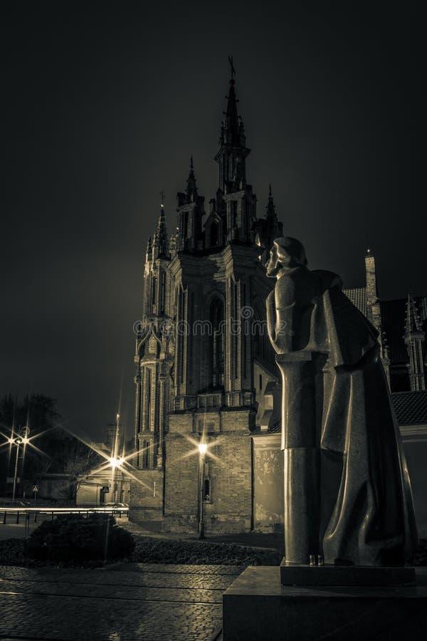 Kyrka av St Anne i Vilnius på natten royaltyfri foto
