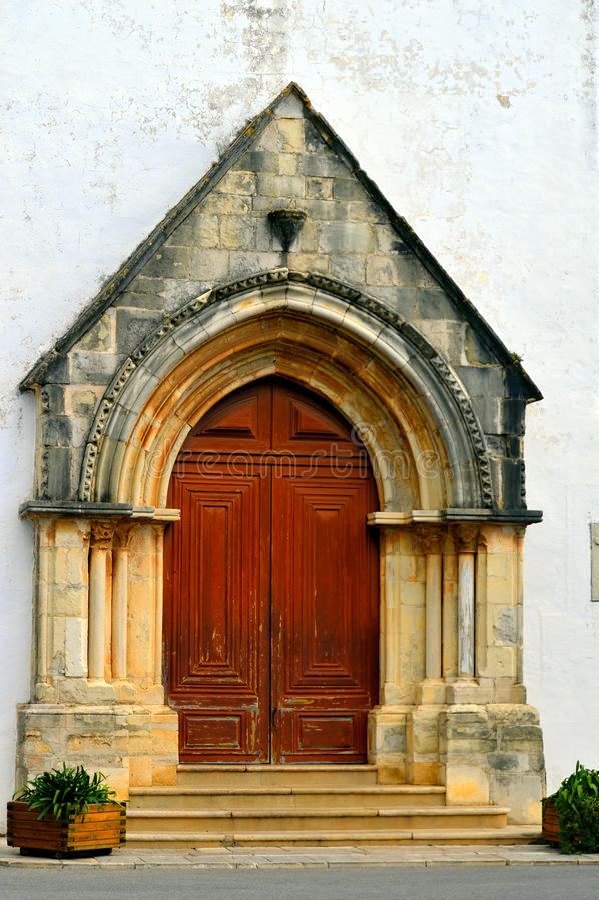 Kyrka av St Clement Gotisk stilkyrka som byggs ursprungligen i det 13th århundradet med den spetsiga ärke- dörröppningen på fasad arkivbilder
