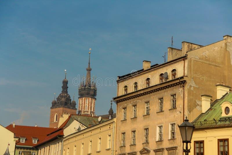 Kyrka av St Mary i den huvudsakliga marknadsfyrkanten Basilika Mariacka krakow poland royaltyfri foto