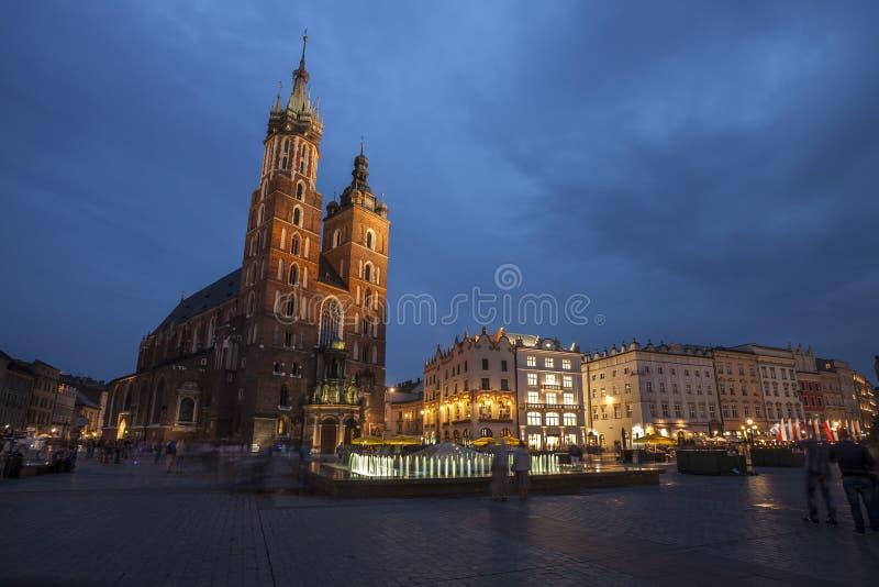 Kyrka av St Mary i Krakow huvudsaklig marknadsfyrkant royaltyfria foton