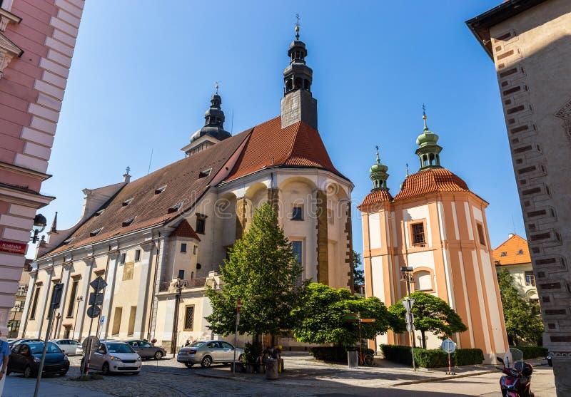 Kyrka av St Nikolaus i Ceske Budejovice f?r republiktown f?r cesky tjeckisk krumlov medeltida gammal sikt arkivfoton