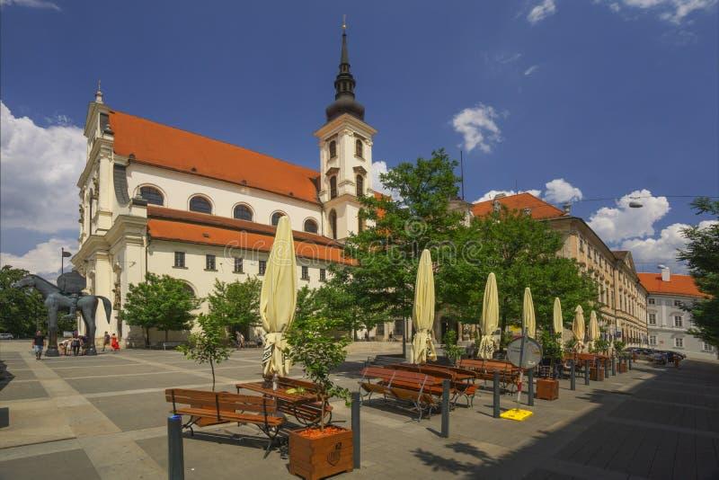 Kyrka av St Thomas i Brno och banker fotografering för bildbyråer