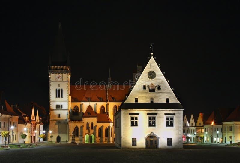 Kyrka av Sv Aegidius och radhuset på stadshus kvadrerar i Bardejov slovakia arkivfoton