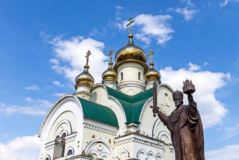 Kyrka av Theodosius Pechersky i Nikolskaya den kolossala öknen och den St Nicholas monumentet till Nicholas Wonderworkeren fotografering för bildbyråer