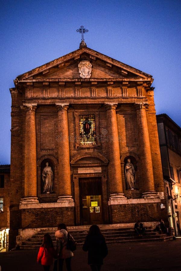 Kyrka av Tuscany, Italien och himmel royaltyfri foto