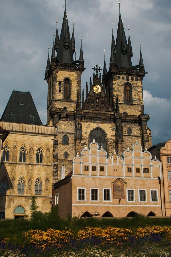 Kyrka av vår dam av Tyn i huvudsaklig fyrkant för gammal stad av Prague med blommor arkivfoton