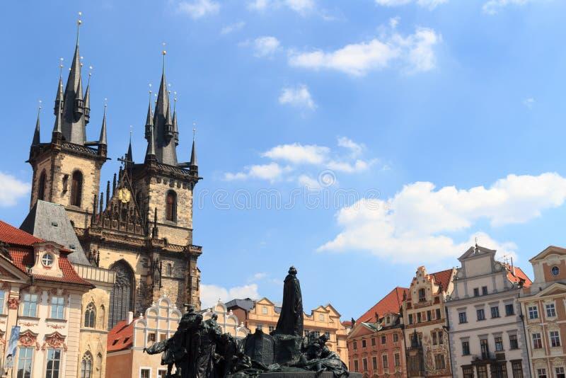Kyrka av vår dam för Tyn, gammal stadfyrkant och Jan Hus Memorial i Prague royaltyfria bilder