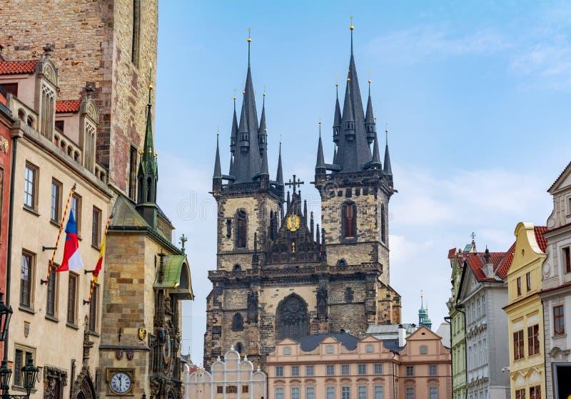 Kyrka av vår dam för Tyn på gammal stadfyrkant i Prague, Tjeckien arkivfoton